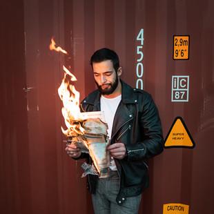 portrait homme journal en feu