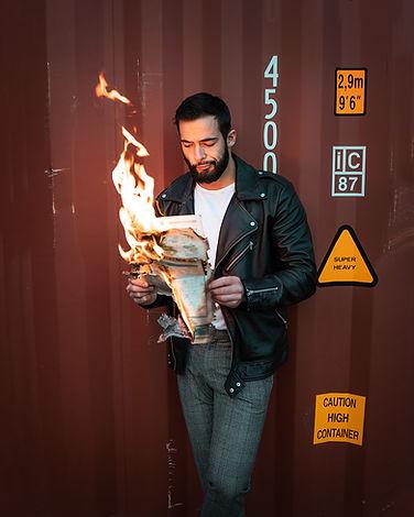 portrait homme avec un journal en feu