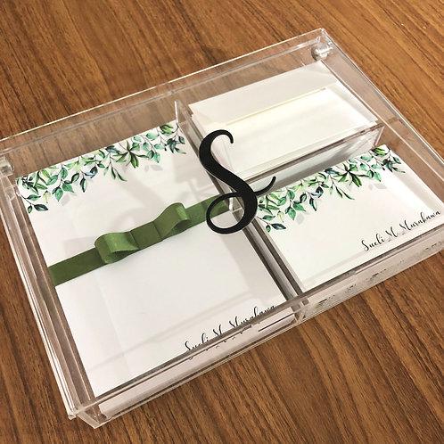 Caixa de Acrílico com a inicial (papelaria vendida a parte))