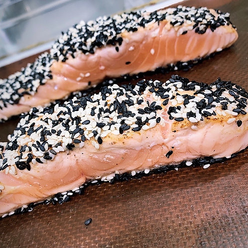 Filet de saumon en tataki / duo de sésame / soja / yuzu