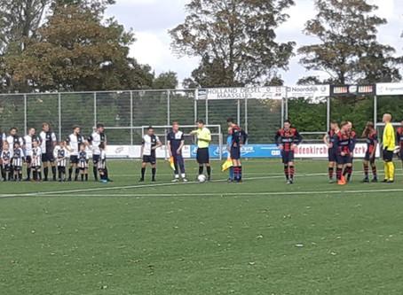 JO8-1 met 1e elftal het veld op