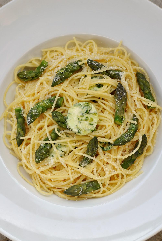 Spaghettis à l'ail des ours, asperges et parmesan