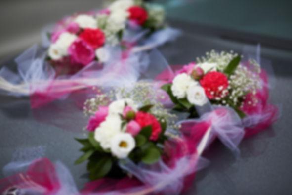 małe-bukieciki.jpg 4 podobne małe bukiety ślubne do zakładania na rękę są zrobione z białych, czerwonych i różowych kwiatów oraz przewinięte biało-różową wstążką.