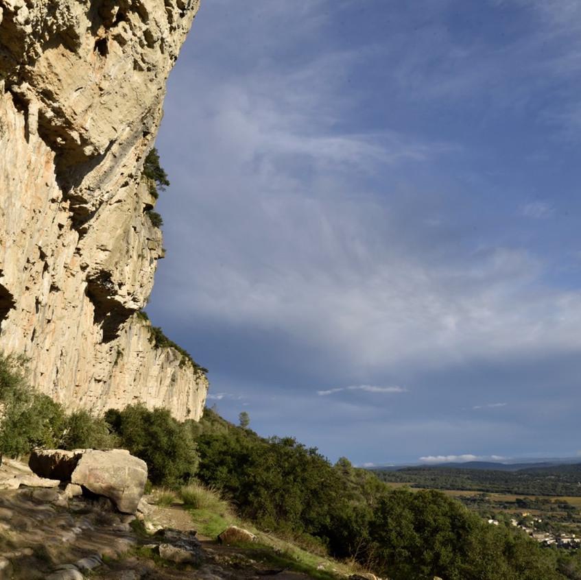 La falaise domine...