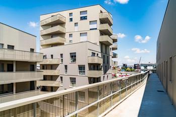 L'immeuble aux balcons depuis la coursive de l'immeuble d'en face