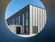 Vision de l'angle arrière du gymnase d'Auros par le petit bout de la lorgnette