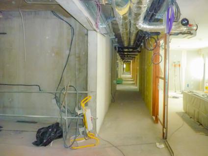 Circulation intérieure en enfilade dans un bâtiment tertaire