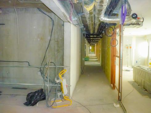 Circulation centrale d'un niveau d'un immeuble de bureaux en cours de chantier