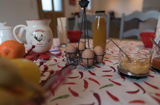 Détail de la table dressée pour le petit déjeuner