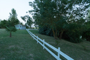 La barrière blanche nous guide vers la petite cabane
