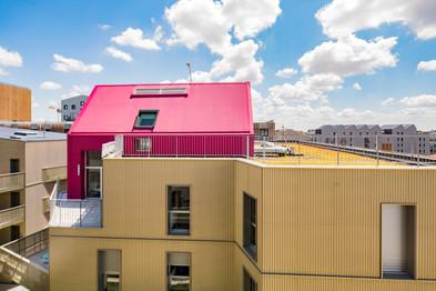 Maison rose sur son piédestal