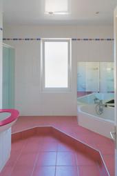 Salle de bains spacieuse et bien agencée