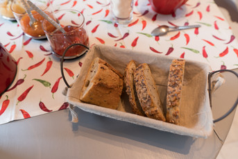 Détail de la table dressée pour le petit déjeuner.tale-dressee-pour-le-petit-dejeuner.jpg