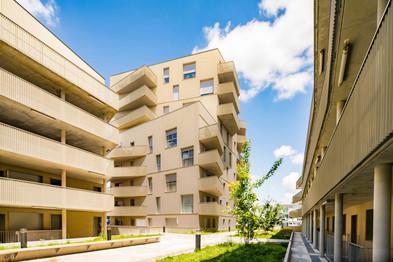 Un immeuble et ses balcons