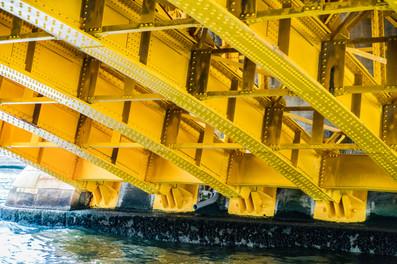 Détail de la sous face d'un tablier de pont jaune à Tokyo