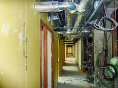 Circulation centrale d'un niveau d'un immeuble de bureau en cours de chantier