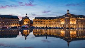 Symétrie d'immeubles entre ciel et eau à Bordeaux