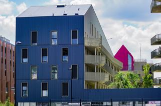 Immeuble résidentiel et maison perchée