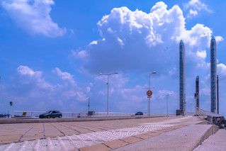 Les piles du pont Chaban Delmas arimées aux nuages