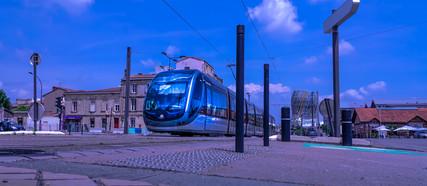 Le tram au pied du pont Chaban Delmas à Bordeaux