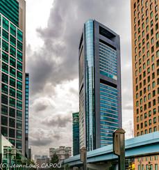 Immeubles colorés sous un ciel chargé
