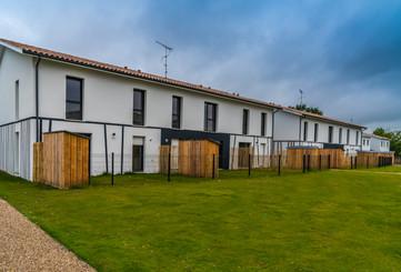Le Broustey la barre de maisons et leur jardin