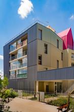 Vision depuis la rue de la maison rose, au niveau de l'accès à la résidence