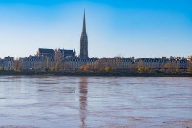 La Garonne, les quais et la flèche de la basilique Saint-Michel à Bordeaux