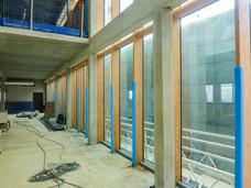 Détails de façades de verre sur éclisses bois