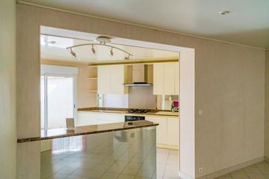 Une cuisine ouverte lumineuse et fonctionnelle