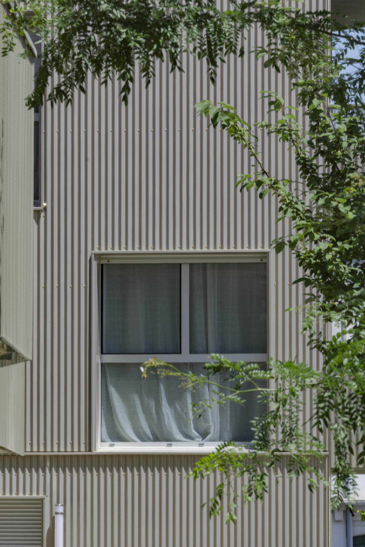 Fenetre-sur-facade-ondulee.jpg