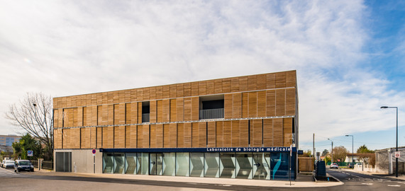 La Roseraie la facade de l'immeuble mixte avec ses clautras occultant les coursives