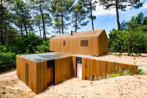 La mixité du béton et du bois accrochée aux dunes à Biscarosse en Gironde