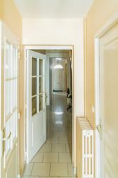 La porte d'entrée au fond du couloir