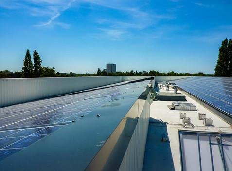 Panneaux photovoltaïques sur un toit terrasse