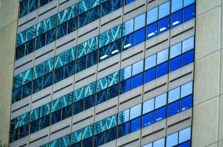 Détails à 45° d'une façade vitrée à Tokyo