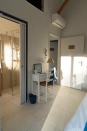 Chambre avec vue sur la salle d'eau et la porte d'entrée