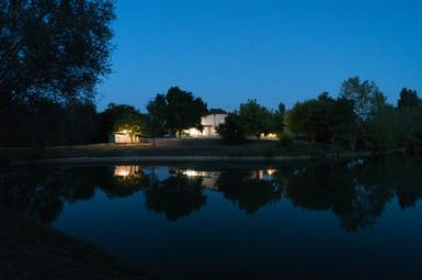 La ferme au bord du lac au crepuscule