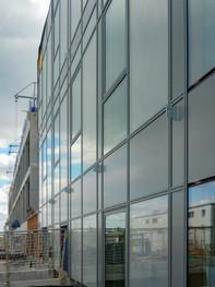 La façade de verre et ses reflets