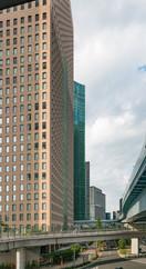 Telle une forêt de peupliers, les immeubles se dressent dans un alignement parfait