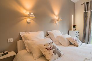 Eclairage chaleureux pour cette belle chambre