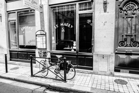 Le vélo attend patiemment le retour de son propriétaire