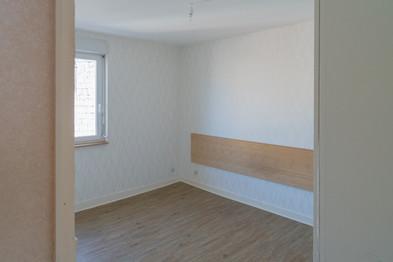 Une chambre à coucher très claire