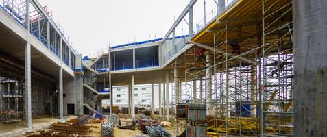 Immeuble de bureau en béton en cours de construction