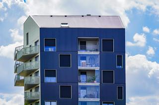 l'Immeuble bleu perché dans les nuages