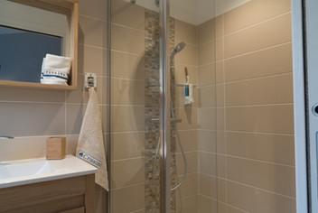 Détail de l'une des salles de bains.l-de-la-tale-dressee-pour-le-petit-dejeuner.jpg