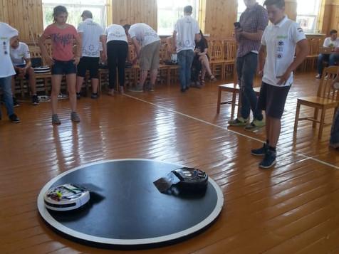 Robotikas pulciņa dalībnieki Sumo sacensībās