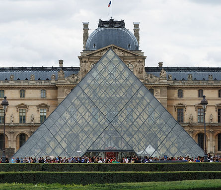 Pirámide_Museo_Louvre.jpg