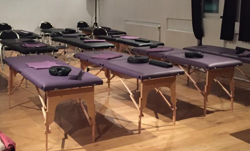 Laissez-nous vous raconter l'histoire de Sophie. Sophie est formatrice. Elle organise des classes partout dans le monde où elle a besoin de tables de massage pour enseigner ses techniques de soin. Elle contacte nos services trois jours avant sa formation. Nous convenons du jour, de l'heure et du nombre de tables dont elle a besoin. De retour du Maroc, à peine descendu de l'avion Sophie se rend sur le lieu où elle donne sa formation. À l'heure convenue, nous l'y attendons pour livrer et installer les tables de massages, les oreillers, les plaids et les manuel de formation dont elle a besoin pour le bon déroulement son stage.  Voilà pourquoi nous faisons ce métier . Faire en sorte que vous puissiez réaliser vos projets dans l'aisance et la joie.   Signe Le loup !