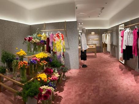 Valentino organiza un evento para presentar su nueva colección inspirada en el nuevo romanticismo.